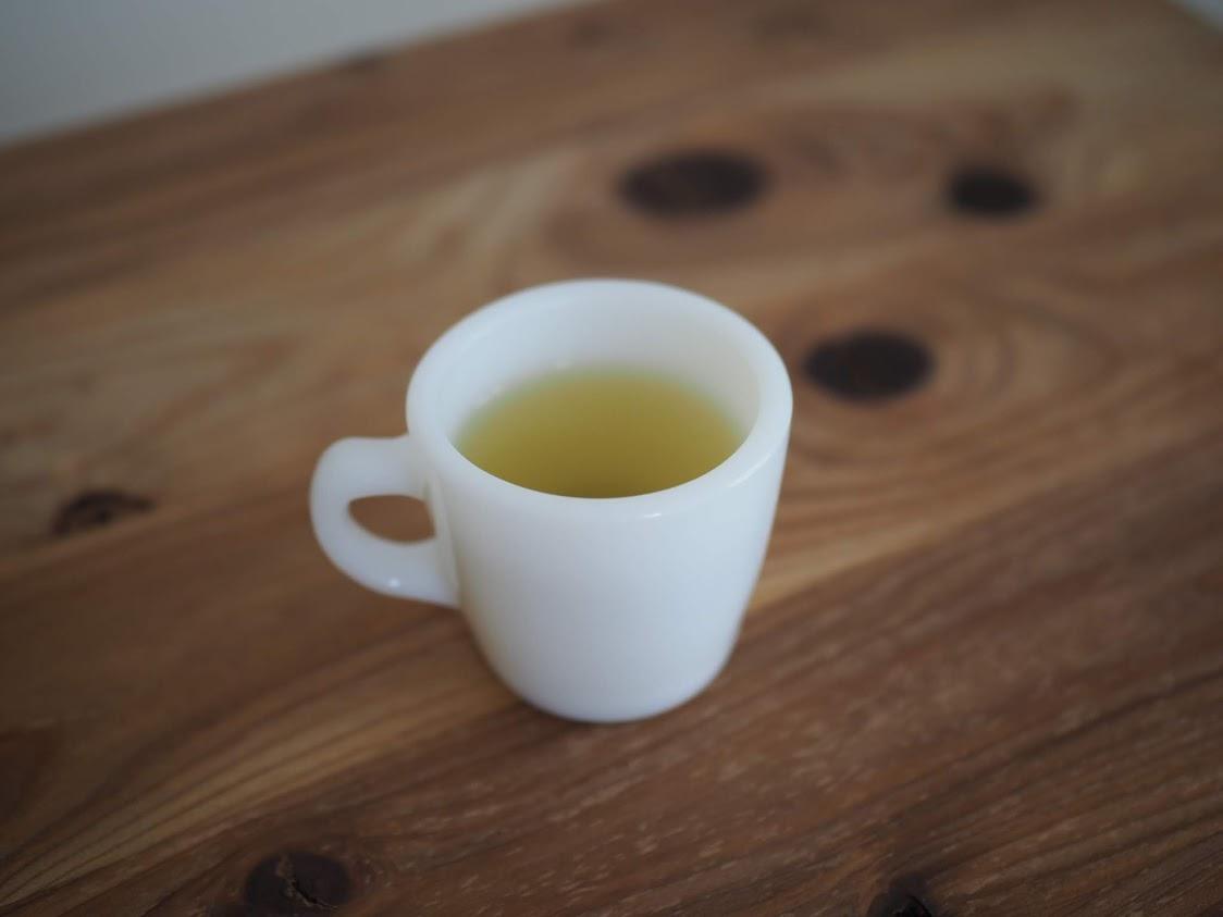 ファイヤーキングのマグに緑茶を注ぐ