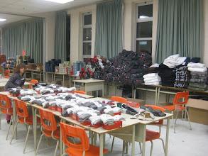 Photo: Des milliers de cadeaux prêts à emballer.