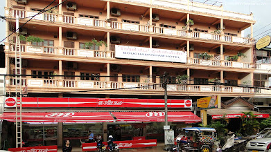Photo: Cheap big hotel rooms in Vientiane with balcony.