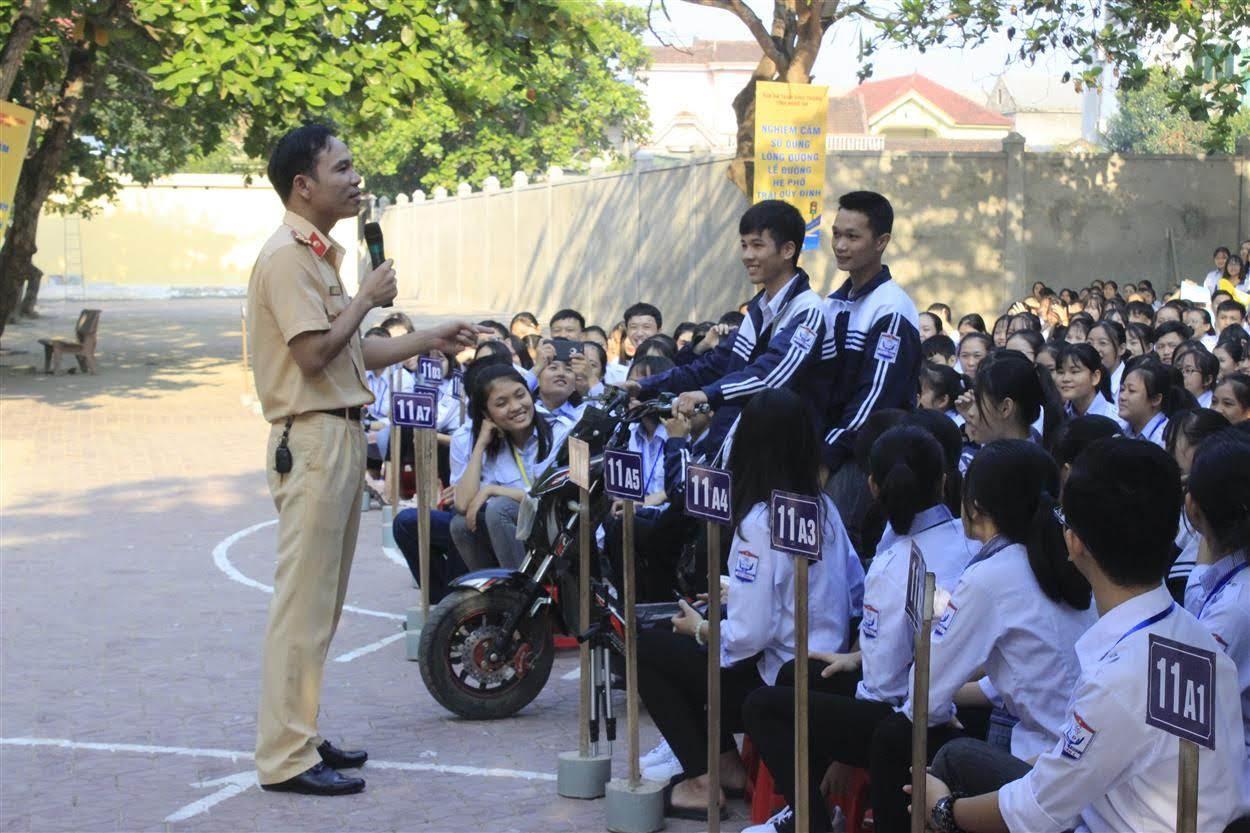 Đại úy Đàm Văn Linh, cán bộ Phòng CSGT Công an tỉnh Nghệ An tuyên truyền về Luật ATGT và chỉ ra những nguyên nhân gây nên TNGT cho các em học sinh
