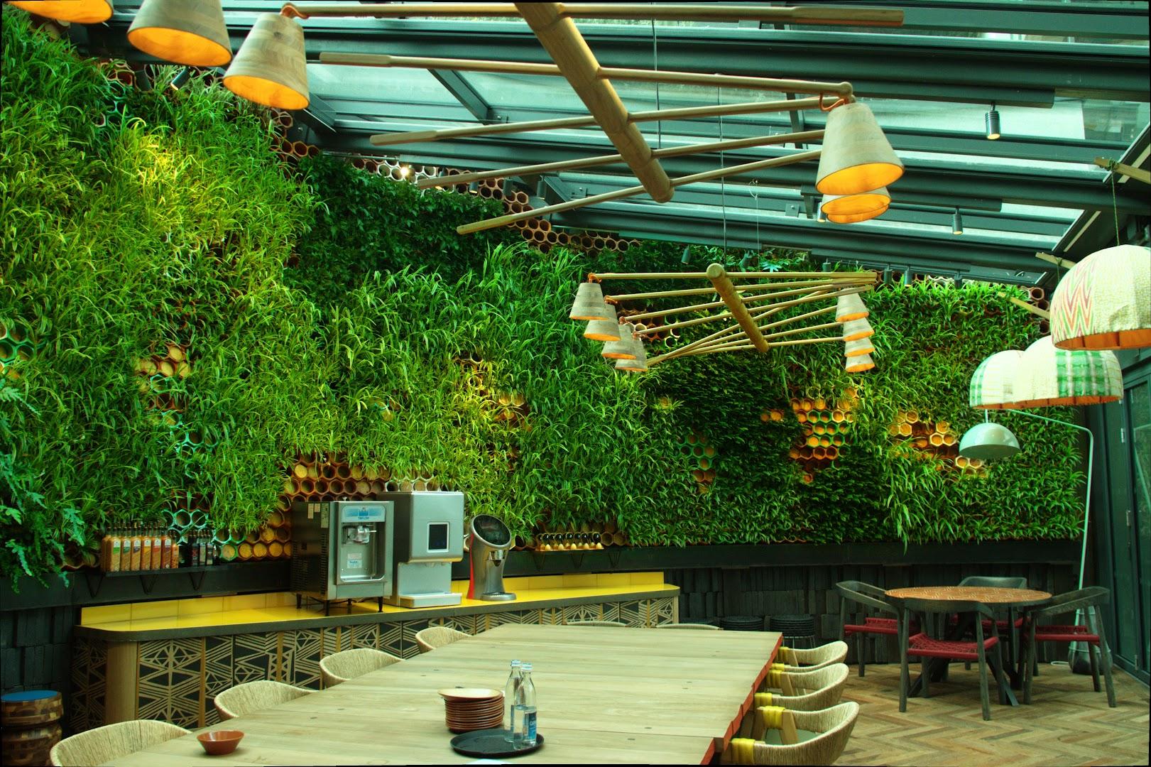 Jardín vertical de sistema EcoBin instalado en el restaurante Nando's en Londres