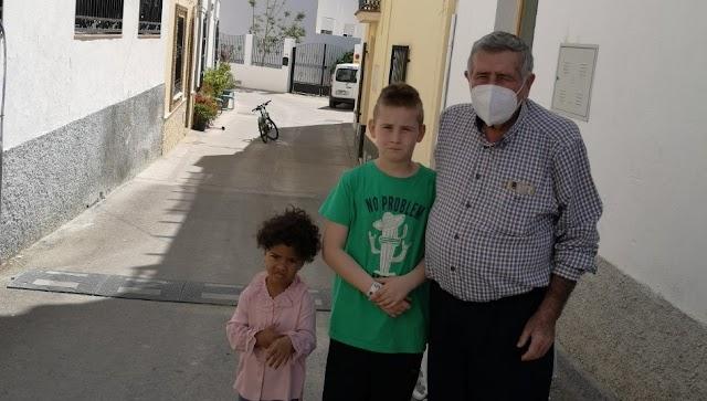José Romera, primer alcalde de la democracia en Bentarique, con sus nietos.