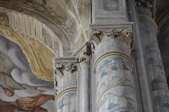 Photo: I capitelli originari furono scalpellati alla base, decorati con motivi vegetali e completati con un nuovo colletto di stucco. Il tutto per aumentarne la verticalità