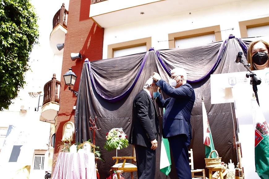 El alcalde, Ismael Torres, impone la Medalla al 1º alcalde de la Democracia, Francisco Díaz Casimiro.