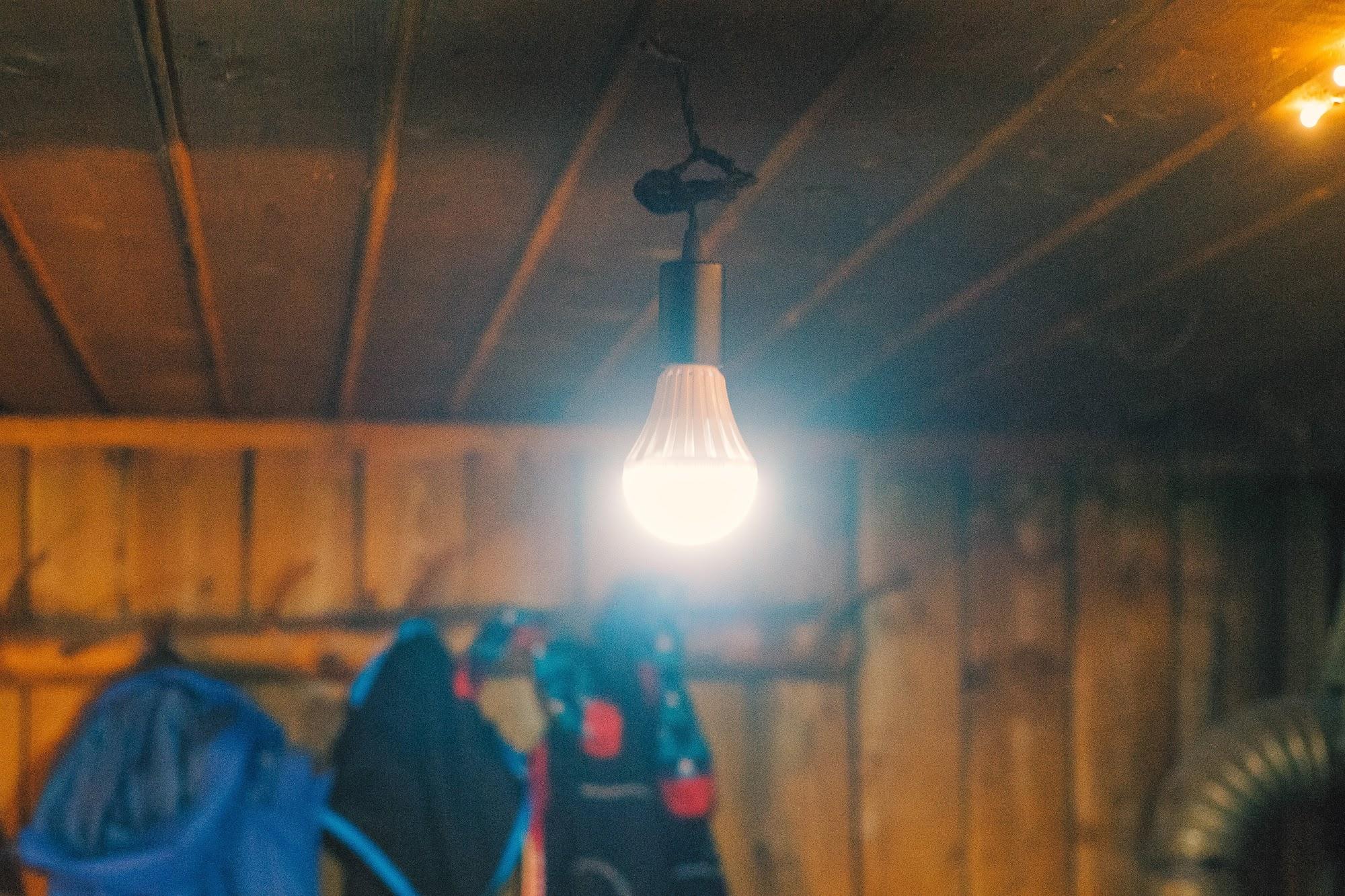 Лампочка на аккумуляторі в поході