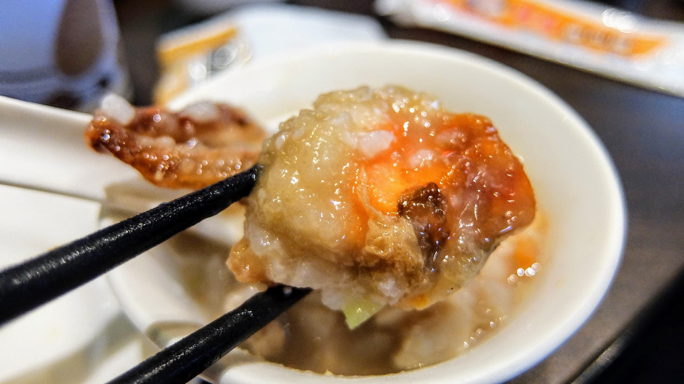 軟殼蟹,炸過再一起熬煮,只是軟殼蟹似乎不多還是碗公太大找不到,因為只有撈到這一隻