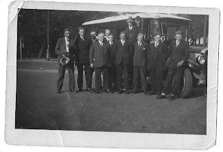 Photo: Jammer dat deze mannen voor de ouderwetse autobus staan. Maar ook leuk als ze nog worden herkend.