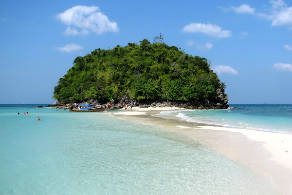 Walk on the sandbar between Tup Islets and Chicken Island during low tide