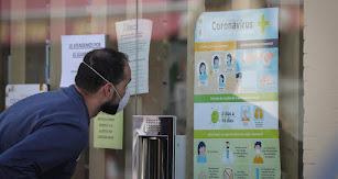 Un ciudadano se interesa por las nuevas medidas implantadas con la fase 1.
