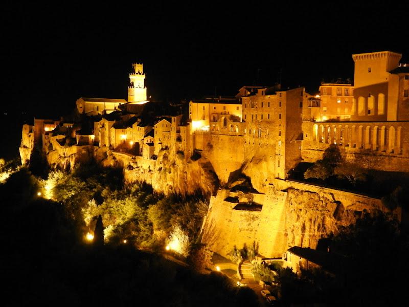 Il borgo di notte...Pitigliano. di claudio_sposetti