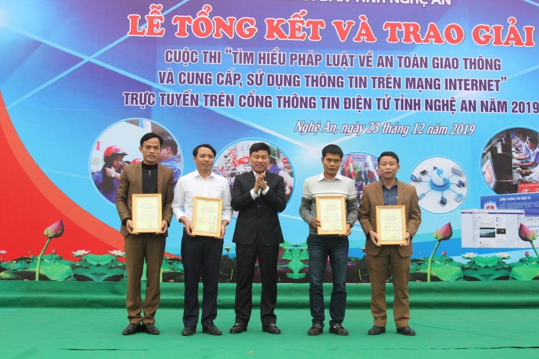 Trao thưởng cho 4 đơn vị đạt Giải thi tuần