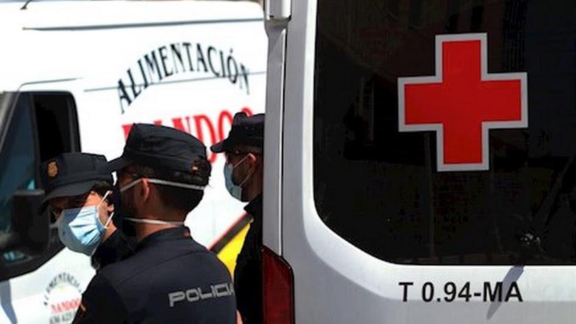 La policía custodia a inmigrantes llegados y atendidos por Cruz Roja.