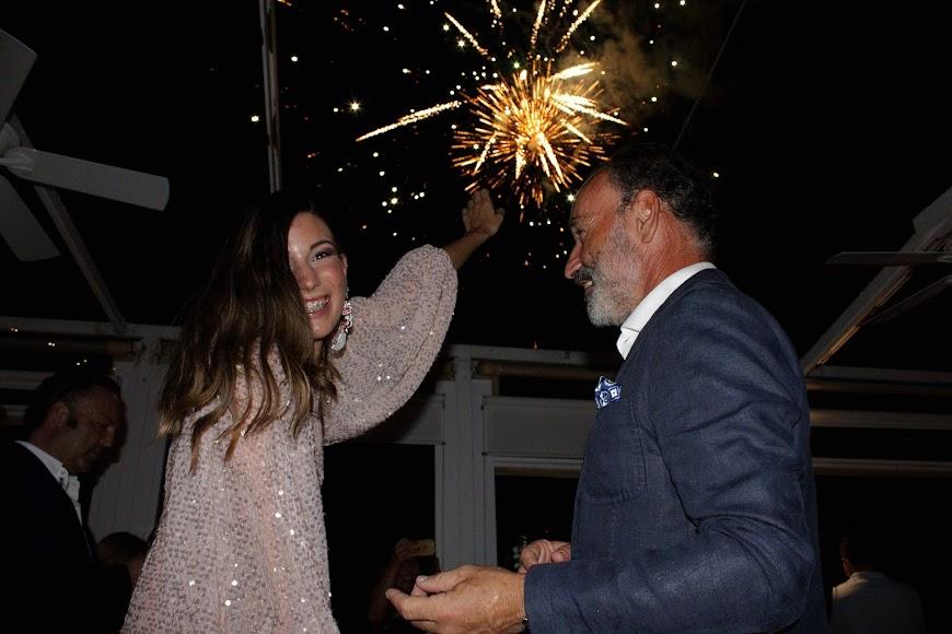 Sorpresa de Jara ante el castillo de fuegos artificiales por su cumpleaños y la mirada de orgullo de su padre, Pepín Liria.