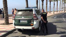 La Guardia Civil en una playa de Roquetas de Mar (fotografía de archivo).