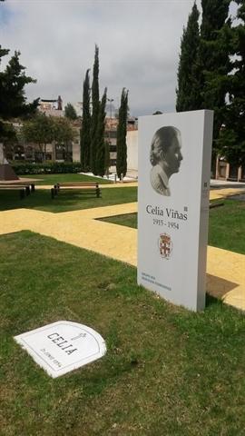 Monolito situado en el Jardín de la Memoria del Cementario de Almería.