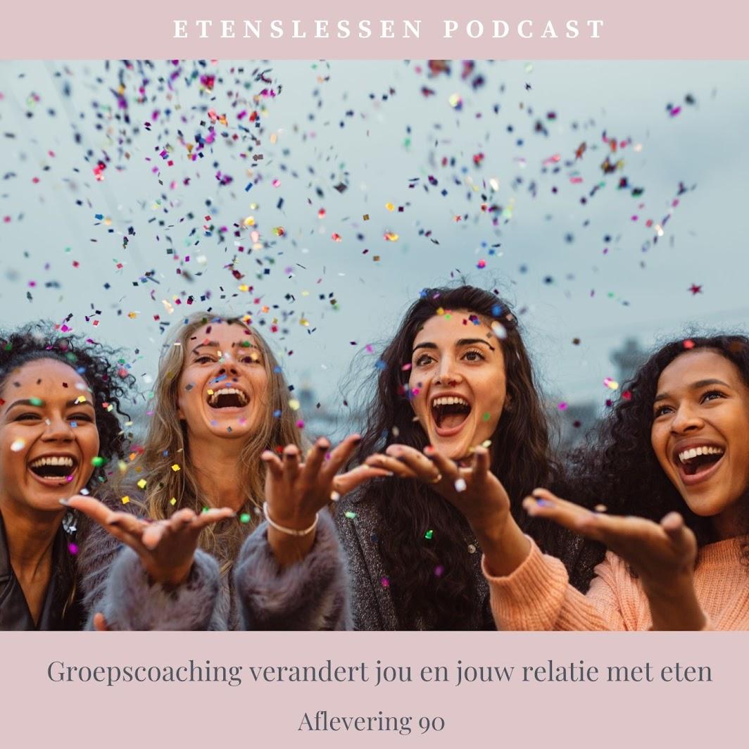 vier vrouwen die confetti omhoog gooien en lachen en heel blij zijn