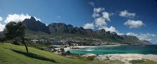 Die Bergkette Zwölf Apostel und Kapstadts Vorort Camps Bay