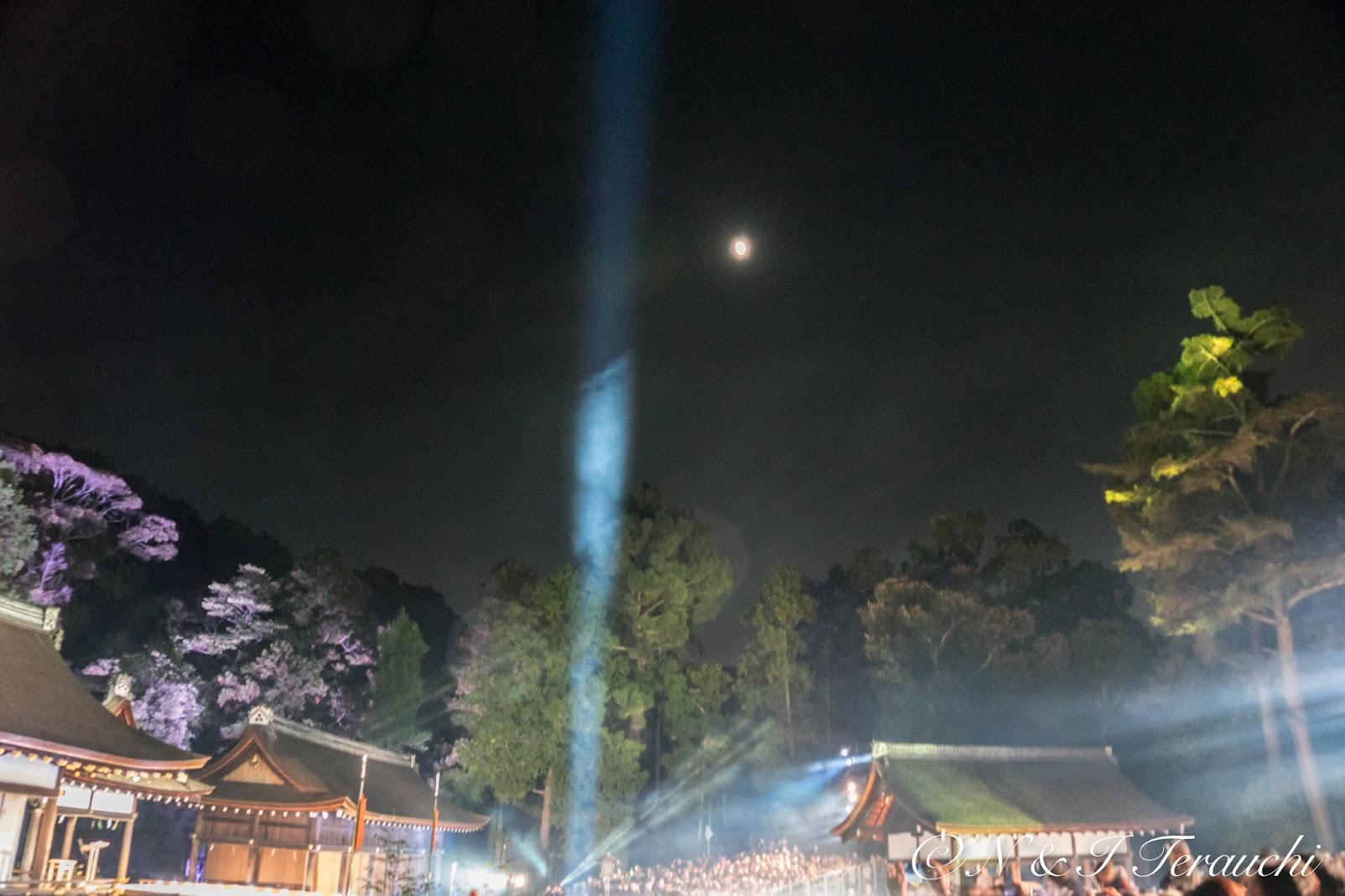 月明かりと最新テクノロジーの光の共演