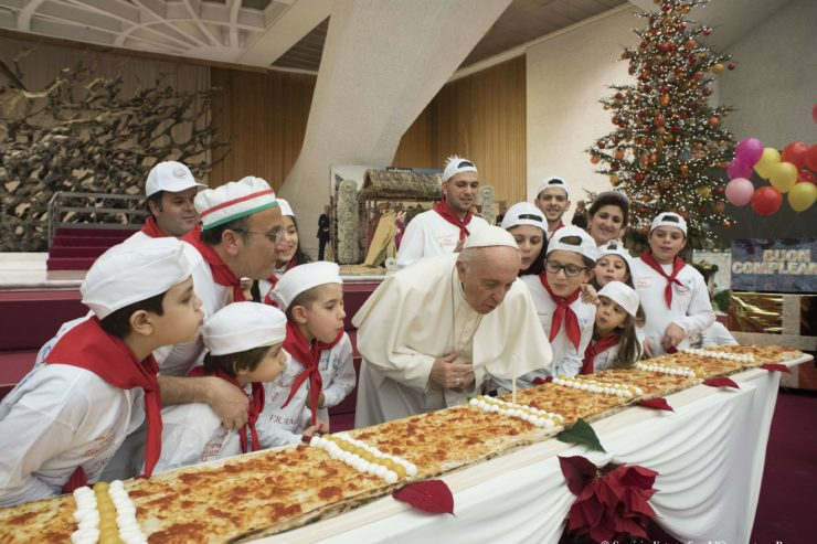 Đức Thánh Cha Phanxico mừng sinh nhật thứ 81 với thiếu nhi và bánh Pizza