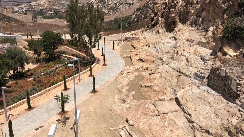 Aspecto actual del Parque de la Hoya, custodiado por la Alcazaba y el Cerro San Cristóbal.