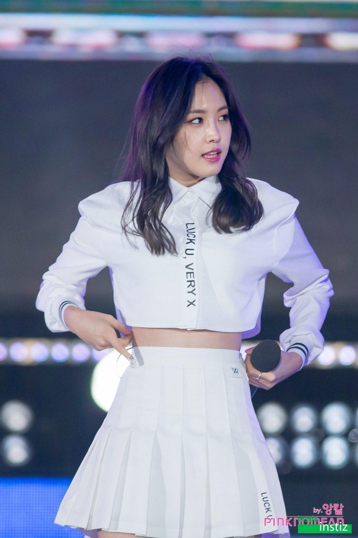 Son-Naeun-waist-2