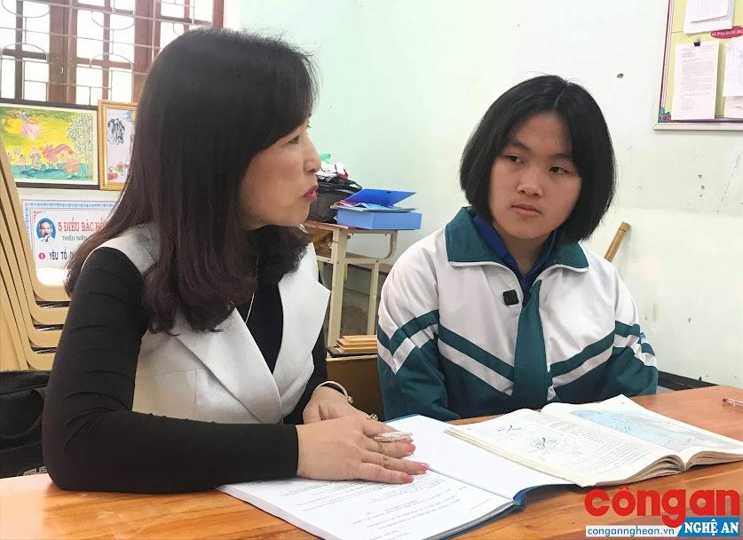 Em Hồ Nguyễn Như Hà thường xuyên trao đổi với cô giáo                      về những kiến thức Lịch sử mà bản thân còn mơ hồ