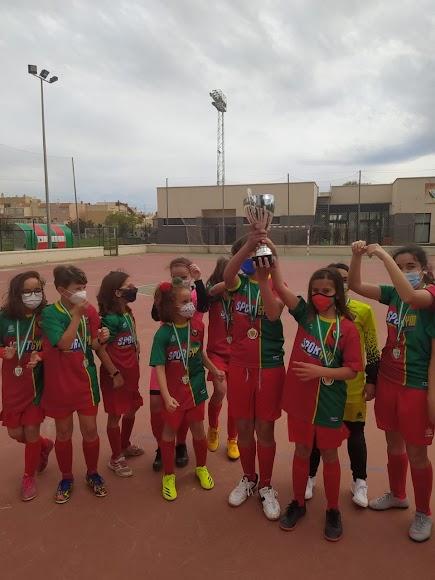 El Pavía levanta la Copa de campeón.