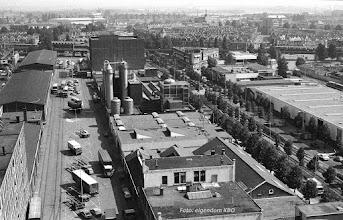 Photo: [1980 ©-verzameling Katendrechtse Bewonersorganisatie KBO] - www.katendrecht.info - Rijnhaven Z.z. (links) en Brede Hilledijk (rechts) - links achter de loodsen van havenbedrijf Klapwijk-Rapide - in het midden het fabriekcomplex met opslagtanks en hogedruksilo's van Rommenholler en daarachter pakhuis Santos - rechts de loodsen X en in de verte links het Wigblok (ofwel 't Schip) en rechts het Politiebureau Maashaven - rechts op de voorgrond het nieuwe complex van glashandel Breijer.