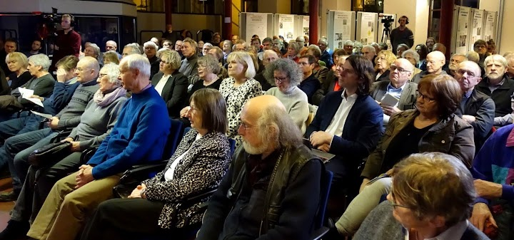 Saal mit Zuhörerinnen und Zuhörern.