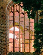 Photo: Kirchenfenster und Kirchenruine in Dargun 60 Jahre nach einem Großbrand