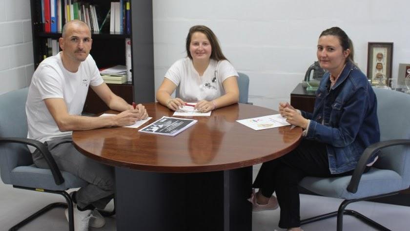 Fernando Soriano; Rocío Muñoz, coordinadora del fútbol femenino, y Lorena García.