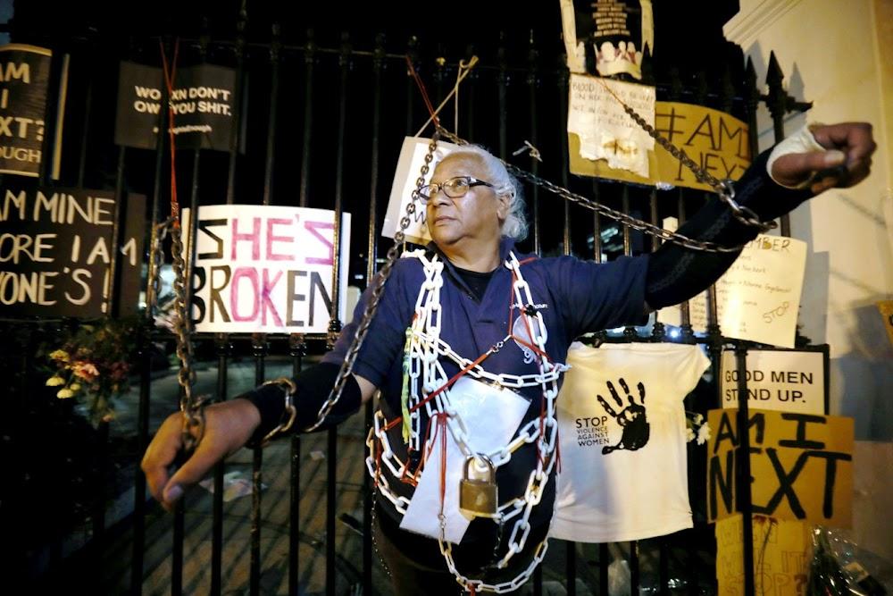 KYK | Pensioenaris spandeer 'n koue nag vasgeketting aan die relings van parly in geslagsgeweld-protes - SowetanLIVE