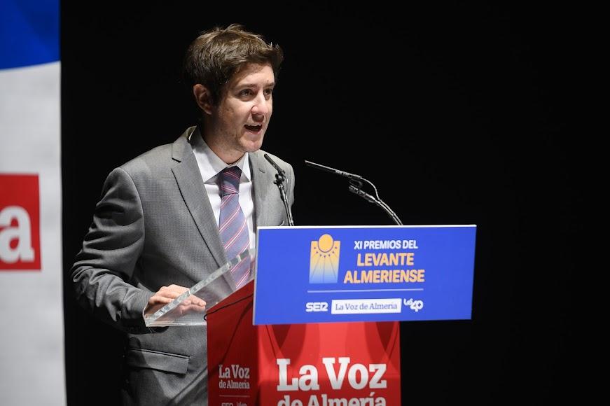 El periodista Guillermo Mirón dando el discurso inaugural.