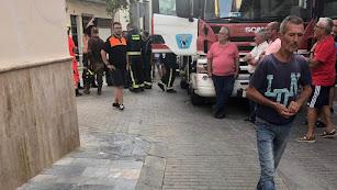 Los bomberos trabajan en la búsqueda del cuerpo en la calle Nueva de Berja