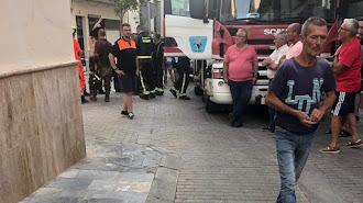 Los bomberos trabajan en la búsqueda del trabajador en la calle Nueva de Berja