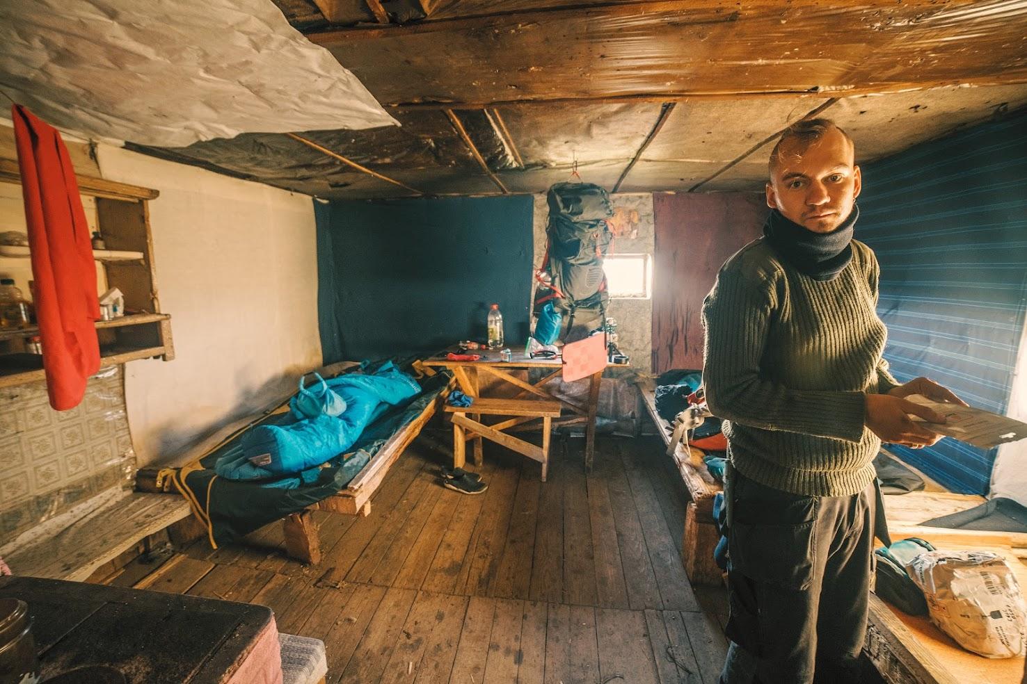всередині хати на Кукулі
