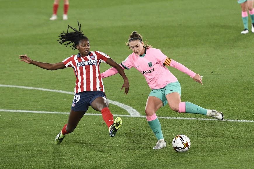 Tounkara, central del Atlético, trabajando para evitar un gol.