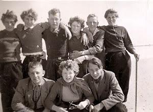 Photo: JG kamp Vlieland 1954 knielend: Roelof Vedder Hzn, Ida Musch, Jan Talens Staand: Harmpje Sloots, Jantje Rozenveld Pieter dochter, Gerrit Jan Vedder, Hennie Siebring (Anderen) Riekus Hadderingh en Grietje Lanjouw (Anderen)