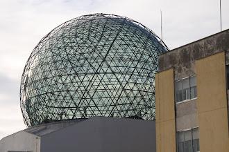 Photo: Le symbole du Musée Dali visible depuis le parking des cars.