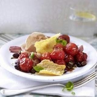 Lauwarmer Tomatensalat mit Parmesanchips und Parmaschinken