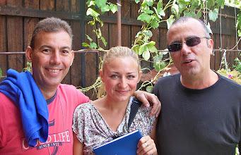 Photo: Sibiel -Rumania Miguel Angel Alcaraz y Miguel Angel González Suárez (FIJET España) con la corresponsal de Radio Nacional de Rumania