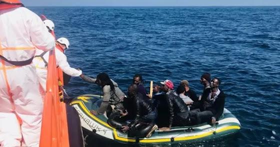 Llega una patera con 13 personas a la costa de Almería
