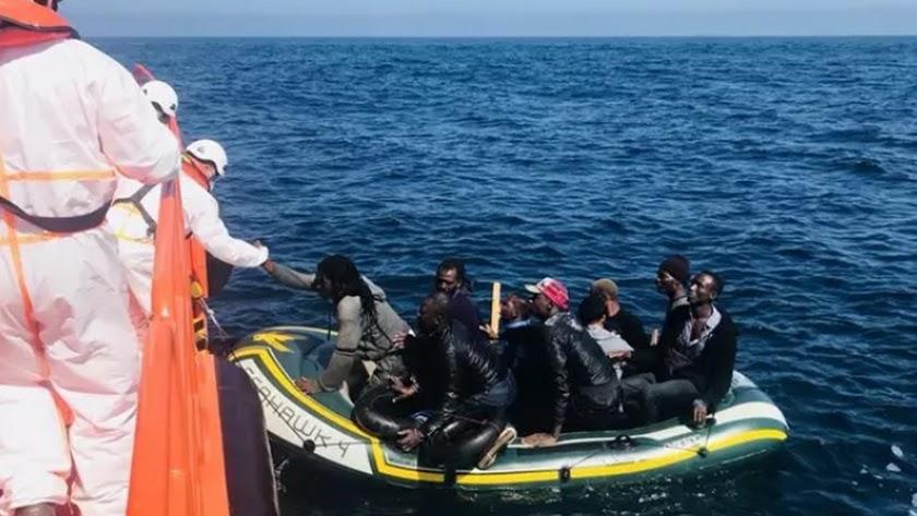 Rescate patera con inmigrantes por Salvamento Marítimo en una imagen de archivo