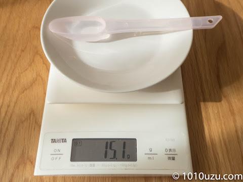 はいはいの50 mlスプーンに水をすりきり入れると15.1g