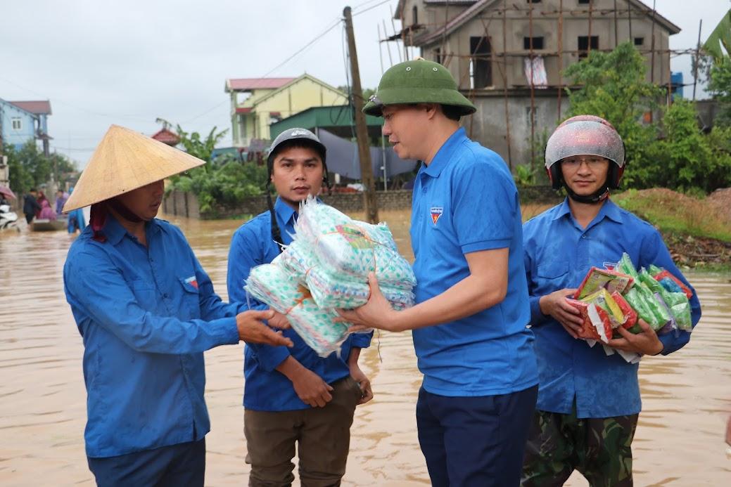 Đồng chí Chu Đức Thái, Phó Bí thư Tỉnh đoàn tặng áo mưa cho đội tình nguyện