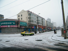 Photo: Qiqihar railway southern residential area's newly polished front way. 齐齐哈尔铁路南局宅新秀的前院大街,现在可算车水马龙。