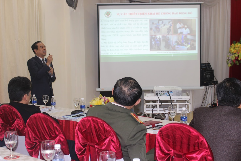 Giám đốc Bệnh viện Đa khoa TP Vinh thông tin về công tác xây dựng và triển khai hệ thống báo động đỏ nhằm góp phần xử lý sự cố an ninh, đảm bảo ANTT tại Bệnh viện