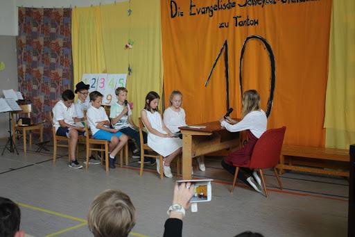 Die Klasse 5/6 brachte mit ihren Scetchen aus dem Schulalltag viele zum Lachen - irgendwie erinnerten sich auch an ihre eigene Schulzeit ...