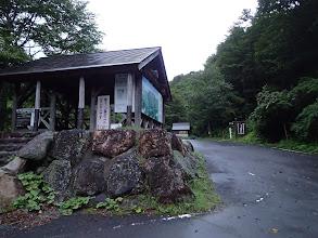 右の登山口へ(その前に奥のトイレへ寄る)