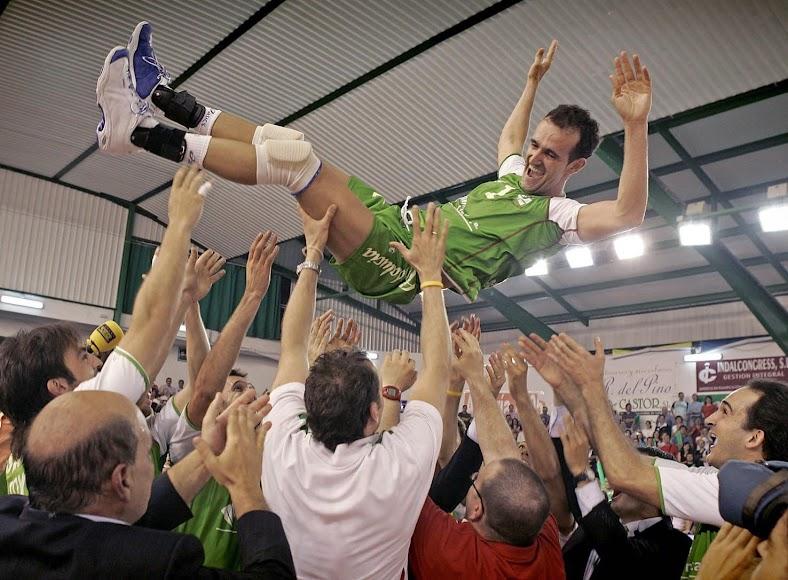 Cosme Prenafeta al cielo con Piero mirando la fiesta tras ganar la Liga 2004-2005.